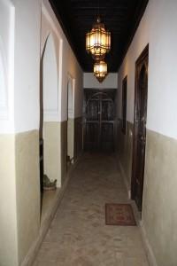 Coursive qui dessert des chambres (porte en bois à droite)